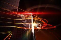 Faisceaux lumineux oranges au-dessus des gratte-ciel Photographie stock libre de droits