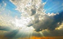 Faisceaux par des nuages Photo stock