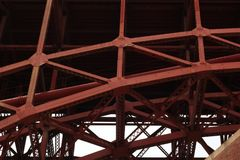 Faisceaux rouges de fer sous golden gate bridge Photographie stock libre de droits
