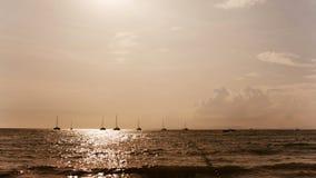 Fait de la navigation de plaisance le coucher du soleil Silhouettes des yachts Photo libre de droits