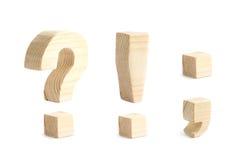 Fait des signes de ponctuation en bois d'isolement photos stock
