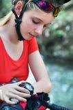 Fait du vélo la fille de recyclage Montre de fille de cycliste sur des montres Photographie stock libre de droits