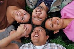 fait face aux jeunes hispaniques d'amis Image libre de droits