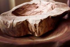 Fait main, boisage, texture et matériaux, plats et ustensiles naturels de ménage de bois, photos stock