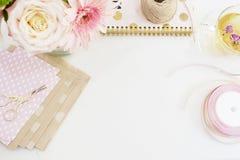 Fait main, concept de métier Les marchandises faites main pour empaqueter - tortillez, des rubans Concept féminin de lieu de trav Image stock