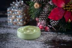 Fait main ? crème et accessoires osmetic de Noël sur la table en bois Positionnement de station thermale Image libre de droits