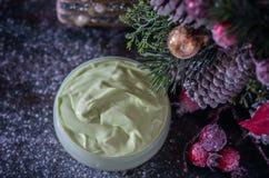 Fait main ? crème et accessoires osmetic de Noël sur la table en bois Positionnement de station thermale Photos stock