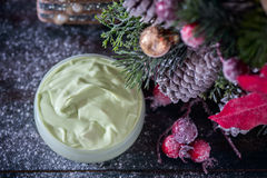 Fait main ? crème et accessoires osmetic de Noël sur la table en bois Positionnement de station thermale Photo stock