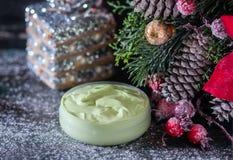 Fait main ? crème et accessoires osmetic de Noël sur la table en bois Positionnement de station thermale Photographie stock