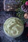 Fait main ? crème et accessoires osmetic de Noël sur la table en bois Positionnement de station thermale Images stock