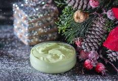 Fait main ? crème et accessoires osmetic de Noël sur la table en bois Positionnement de station thermale Images libres de droits