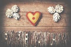 Fait main du coeur de feutre sur le fond en bois Franc disposé par métier Images libres de droits