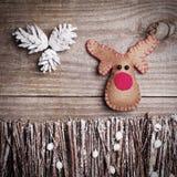 Fait main du renne de Rudolph de feutre sur le fond en bois métier Images libres de droits