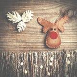 Fait main du renne de Rudolph de feutre sur le fond en bois métier Image stock