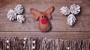 Fait main du renne de Rudolph de feutre sur le fond en bois métier Photographie stock