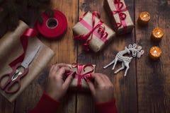 ` Fait main s de nouvelle année ou cadeaux et décorations de Noël avec un v Photo libre de droits