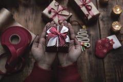 ` Fait main s de nouvelle année ou cadeaux et décorations de Noël avec un v Image libre de droits