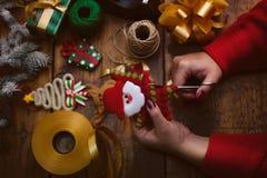 ` Fait main s de nouvelle année ou cadeaux et décorations de Noël avec un v Photo stock