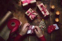 ` Fait main s de nouvelle année ou cadeaux et décorations de Noël avec un v Photos stock
