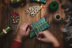 ` Fait main s de nouvelle année ou cadeaux et décorations de Noël avec un v Photographie stock libre de droits