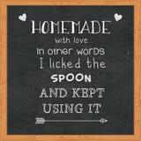 Fait maison avec amour en d'autres termes j'ai léché la cuillère et ai continué à l'employer - des citations drôles sur le tablea Images stock