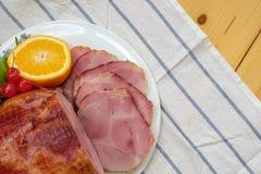 Fait maison de Honey Gammon Ham découpé en tranches avec l'orange, la cerise, le poivron doux et le Honey Sauce Images libres de droits