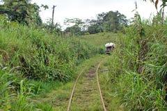 ` Fait maison de train de fantôme de ` fonctionnant sur les voies ferrées abandonnées Photographie stock