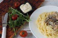 Fait maison garnissez avec des pâtes et des légumes photographie stock libre de droits