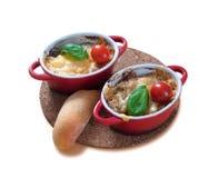 Fait maison julien avec des champignons dans deux rouges, cuvettes chaudes Poulet avec des champignons cuits au four avec du from image stock