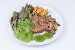 Fait maison, le bifteck de porc a complété l'omelette avec le champignon mélangé grillé Photos stock