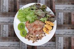 Fait maison, le bifteck de porc a complété l'omelette avec le champignon mélangé grillé Photo libre de droits
