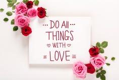 Faites amincit tout avec le message d'amour avec des roses et des feuilles Photos stock