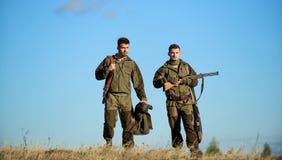 Faites attention Chasseurs avec des fusils dans l'environnement de nature L'ami de chasseur apprécient des loisirs dans le domain photos libres de droits