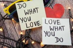 Faites ce que vous aiment, l'amour ce que vous faites - abrégé sur de motivation mot sur le fond en bois de note collante Photo libre de droits