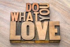 Faites ce que vous aimez dans le type en bois Image stock