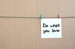 Faites ce que vous aimez La note est écrite sur un autocollant blanc qui accroche Images libres de droits