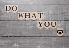 Faites ce que vous aimez le symbole de coeur de signe sur le conseil en bois Image stock