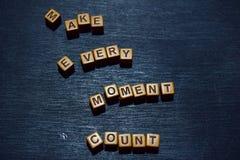 Faites chaque message de compte de moment écrit sur les blocs en bois Concepts de motivation Image traitée par croix image stock
