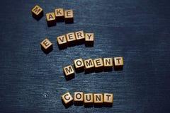 Faites chaque message de compte de moment écrit sur les blocs en bois Concepts de motivation Image traitée par croix photographie stock