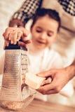 Faites cuire Food à la maison Famille heureux Jour du `s de père Cuisinière Food de fille et d'homme Homme et enfant au Tableau P images libres de droits