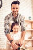 Faites cuire Food à la maison Famille heureux Jour du `s de père Cuisinière Food de fille et d'homme Homme et enfant au Tableau P photos libres de droits
