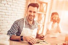 Faites cuire Food à la maison Famille heureux Jour du `s de père Cuisinière Food de fille et d'homme Homme et enfant au Tableau P image libre de droits