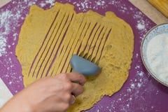 Faites cuire les biscuits de la pâte Images libres de droits
