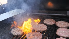 Faites cuire les côtelettes de boeuf faites de veau de poulet de boeuf de porc pour l'hamburger de nourriture de rue sur le gril, banque de vidéos