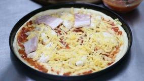 Faites cuire préparer la pizza couche de lard banque de vidéos