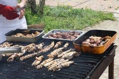 Faites cuire tout en faisant cuire dans un barbecue extérieur pour griller le poulet Photos stock