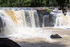 Faites de la frivolité la cascade de tonne dans la saison des pluies tôt chez Chaiyaphum Thaïlande Photos stock