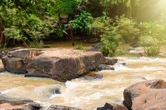 Faites de la frivolité la cascade de tonne dans la saison des pluies tôt chez Chaiyaphum Thaïlande Images libres de droits