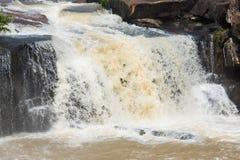 Faites de la frivolité la cascade de tonne dans la saison des pluies tôt chez Chaiyaphum Thaïlande Image libre de droits