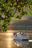 Faites de la navigation de plaisance avec sa famille des vacances au lac Images stock